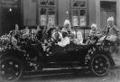 Automobile addobbata per una festa in costume di inizio Novecento