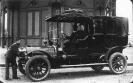 Foto ricordo con automobile come occasione per sottolineare il prestigio sociale