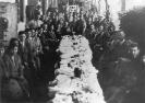 Tavolata di parenti ed amici in una fotografia ricordo di un pranzo matrimoniale in cascina