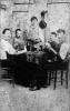 Gruppo di giocatori a carte a un tavolo d'osteria