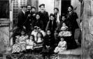 Una grande famiglia, riunita per per una fotografia ricordo con i numerosi figli