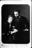 Coppia di sposini in un ritratto fotografico di famiglia di fine Ottocento