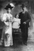 Famigliola in posa in studio agli inizi del Novecento