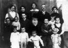 Vecchio patriarca fotografato al centro della sua famiglia