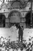 Sposi in viaggio di nozze. Venezia e la fotografia in piazza San Marco sono stati una tradizione per generazioni di sposi