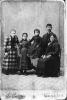 Fotografia di gruppo familiare di fine Ottocento