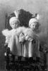 Coppia di gemelle con abbigliamento costoso e alla moda