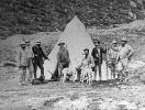 Re Vittorio Emanuele II accampato nel parco del Gran Paradiso e attorniato dalle guide e dai cani da caccia